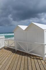 due capanne bianche in riva al mare