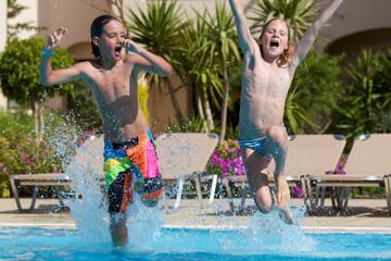 Erfrischung - Kinder springen ins Wasser- Wasserbombe