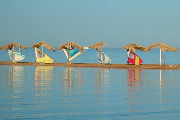 Windsurfen - Segel am Sandstrand