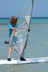 Junge am Surfbrett
