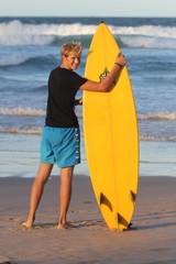 Surfeur blond en australie