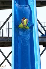 Kind auf Wasserrutsche