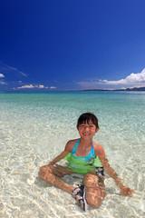 海水浴を楽しむ笑顔の子供
