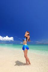 水納島の海辺でくつろぐ女性