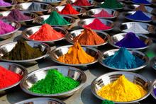 Na zdjęciu: kolorowe proszki na rynku tika Orcha, Indie