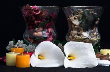 Composizioni con potpourri, candele e fiori di calla