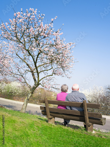 zwei ältere Menschen auf der Parkbank