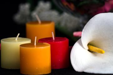 Composizine con fiore di calla e candele