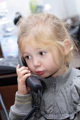 Bambina al telefono che parla#2
