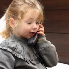 Bambina al telefono che parla