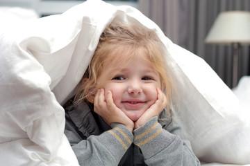 Bambina sotto le lenzuola