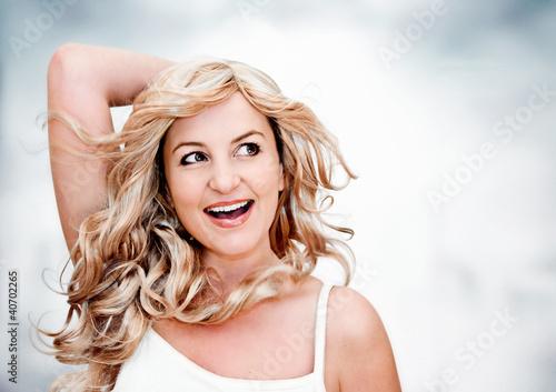 Blonde Frau schaut lachend nach oben / Blondi 4