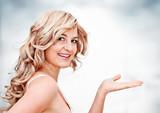 Blonde Frau hält Hand hoch / Blondi 5