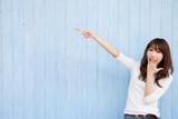 指さし する 若い 女性