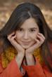 Retrato de una Joven mujer latina en otoño.