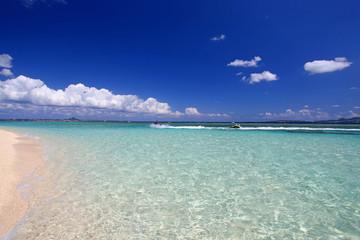 水納島のコバルトブルーの海と紺碧の空