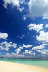 水納島の美しいビーチと紺碧の空
