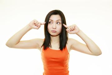 頭痛を訴えている女性