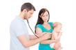 frau mit baby beim arzt
