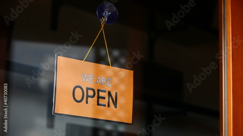 Open and closed signs (english)