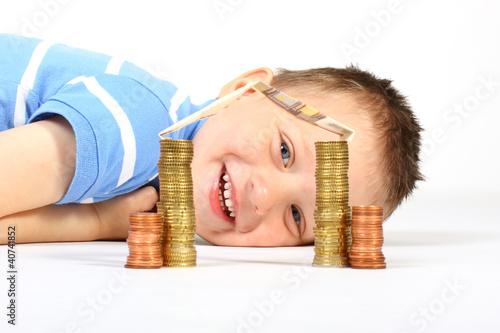 Junge spart fürs Eigenheim 2