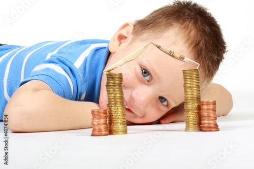 Junge spart fürs Eigenheim
