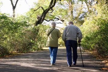Rentner gehen im Park spazieren