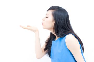 吹きかける女性