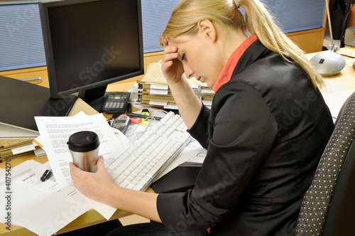 Junge Frau überarbeitet