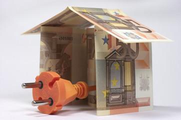 Billetes de euro con forma de casa, enchufe naranja