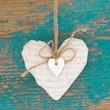 Herz im Landhausstil mit altem türkisfarbenen Holz