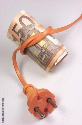 Billetes de euro atados a un enchufe naranja