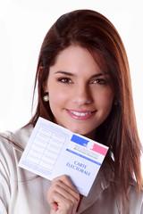 Jeune femme avec une carte électorale