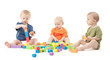Kinder spielen mit Bauklötzen