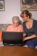 Eine alte Frau mit einem Laptop
