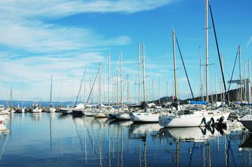 Fila di barche a vela nel porto di St. Tropez, Francia