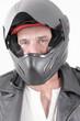 Ein Mann mit seinem Mopedhelm