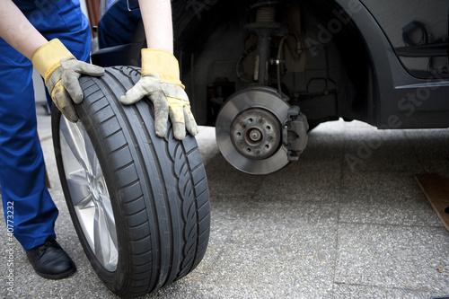 Leinwanddruck Bild Reifenwechsel am Auto