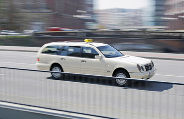 Taxi auf Brücke 1 - TLerch
