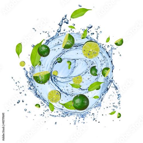 wapno-sztuk-w-plusk-wody-odizolowane-na-bialym-ba