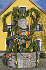 Traditioneller Osterbrunnen in Bayern
