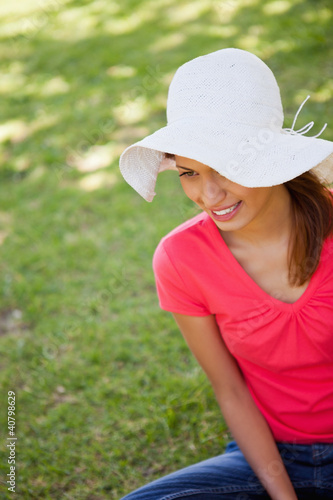 Woman wearing a white hat