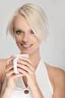 Frau trinkt Kaffe aus weißer Tasse