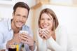 lächelndes paar trinkt kaffee in der küche