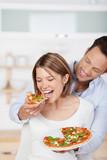 Fototapety verliebtes paar isst pizza