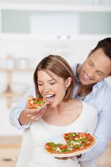 verliebtes paar isst pizza