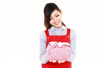 弁当箱を持った笑顔の主婦