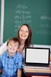 lehrerin und schüler mit laptop
