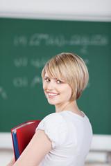 lächelnde junge frau in der schule
