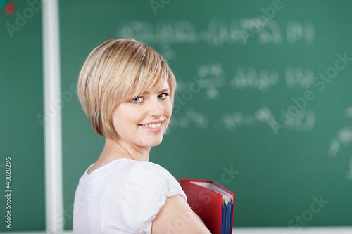 lächelnde studentin schaut zurück